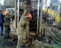 В пробуренные скважины по специальной технологии под высоким давлением было закачано 300 т цемента