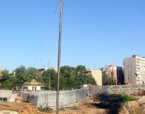 На 12-метровой трубе закреплен пневмопробойник весом 150 кг, после чего башенным краном эта конструкция подается к месту работ