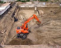 Разработка котлована проходила этапами по 1.5 метра с параллельным нагельным креплением стенок