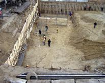 При поэтапной разработке по балкам проводилась затяжка доской, после чего забивалось нагельное крепление длиной 8 метров с сеткой 500х500 мм
