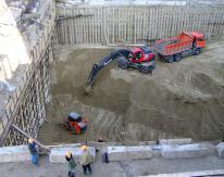 Для совмещения работ по креплению котлована с другими работами, большая часть котлована была передана под устройство фундамента