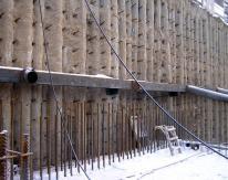 По стороне, где от существующего пятиэтажного здания создавалось наибольшее давление на подпорную стенку, был выполнен пояс усиления