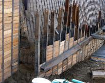 Эти балки были забиты через кондуктор, закрепленный на краю котлована