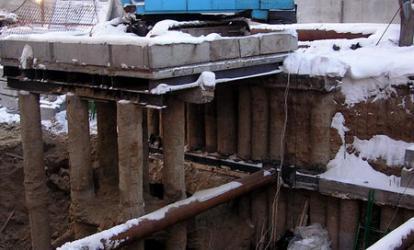 Из-за отсутствия на площадке места для расположения спецтехники, кран располагался над котлованом на шести буровых сваях
