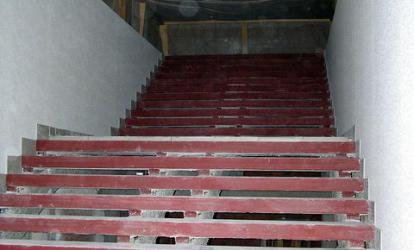 Для устройства лестницы и приямка под эскалатор было демонтировано восемь шестиметровых плит без участия техники.