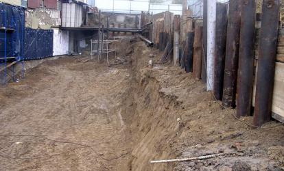 Вдоль шпунтовой стенки на расстоянии 30-50 см проходит канализационный коллектор и линия теплотрассы