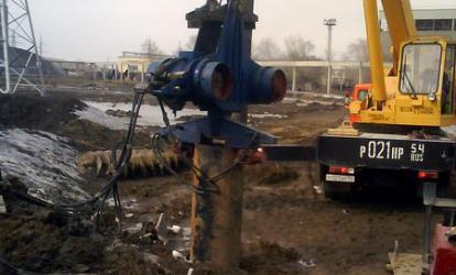 Трубы погружаются в пробуренные скважины с помощью вибропогружателя