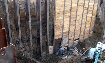 """Из-за водонасыщенного грунта стенки скважины """"схлапывались"""" на отметке 7 м, поэтому балку приходилось опускать вибропогружателем."""
